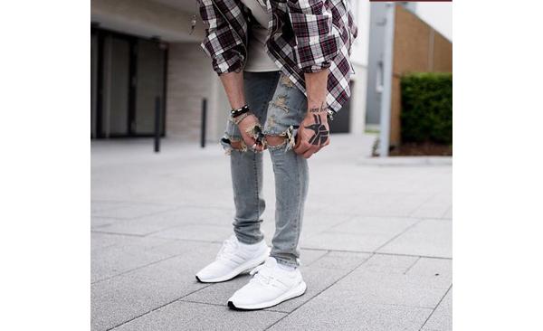 Giày Adidas Prophere cùng quần jeans và áo sơ mi