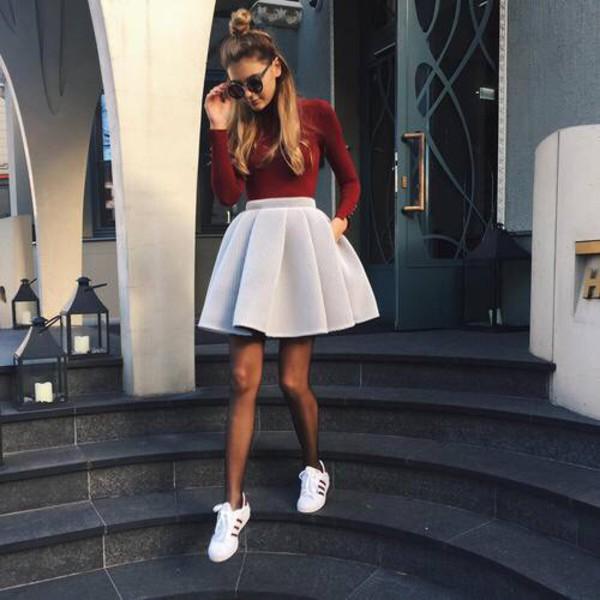 Cách mix giày thể thao nữ với váy xoè