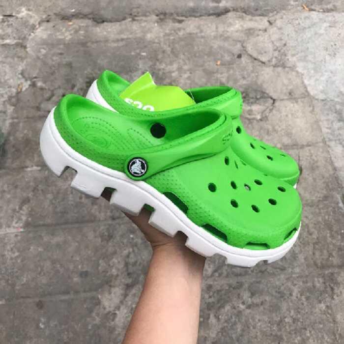 Kiểm tra dép Crocs chính hãng bằng cách đo trọng lượng