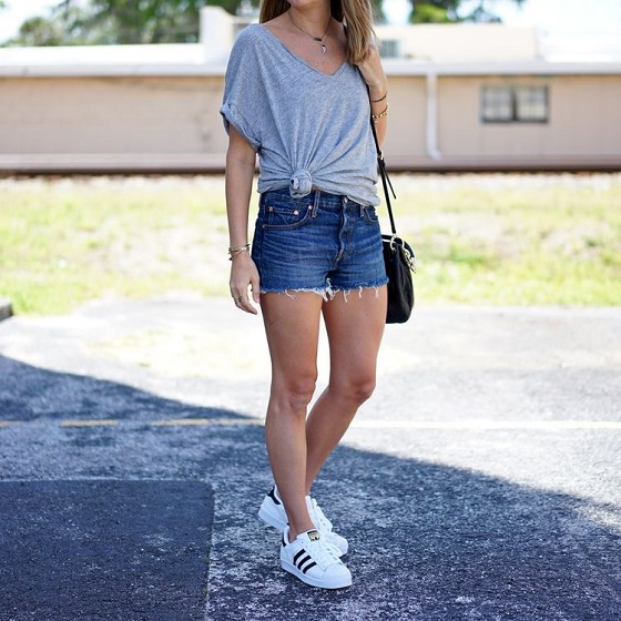 outfit giày superstar nữ với jeans short